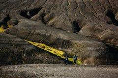 Пеший туризм в Landmannalaugar, ландшафт горы в Исландии Стоковая Фотография RF