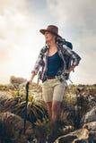 Пеший туризм для приключения и фитнес для всех возрастов стоковые фото