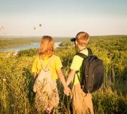 Пеший туризм детей Девушка и мальчик смотря через бинокли на h Стоковые Изображения