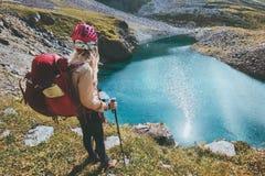 Пеший туризм женщины туристский в летних каникулов эмоций концепции приключения образа жизни перемещения гор исследователе счастл Стоковые Фото