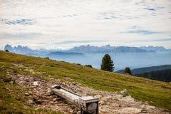 Пеший туризм на Альпах с большим взглядом на доломитах стоковое фото
