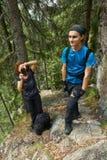 Пеший туризм на горной тропе совместно Стоковое Изображение RF