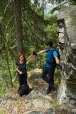 Пеший туризм на горной тропе совместно Стоковая Фотография RF