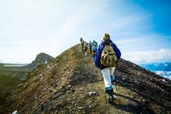 Пеший туризм на Камчатке: группа в составе hiker с рюкзаком идет в mounta стоковая фотография