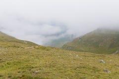 Пеший туризм на пике горы Retezat стоковые фото
