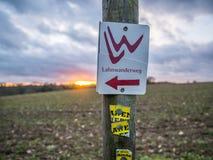 Пеший туризм на следе Lahnwanderweg около Runkel, Hessen, Германия Стоковое Изображение RF