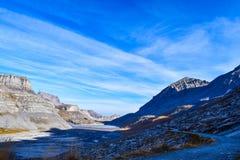 Пеший туризм на Gemmipass, с взглядом Daubensee, Швейцария/Leukerbad стоковые фотографии rf