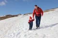 Пеший туризм отца и малыша Стоковое фото RF