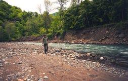 Пеший туризм путешественника человека расслабляющий внешний Стоковые Фотографии RF