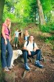 Пеший туризм семьи из четырех человек Стоковая Фотография