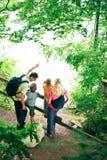 Пеший туризм семьи из четырех человек Стоковое Изображение RF