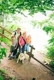 Пеший туризм семьи из четырех человек Стоковые Изображения