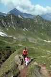 Пеший туризм семьи матери и ребенка Стоковая Фотография