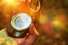 Пеший туризм с компасом стоковые изображения