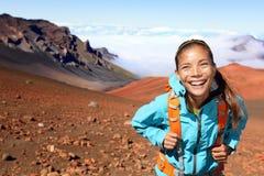 Пеший туризм - hiker идя на вулкан Стоковое Изображение
