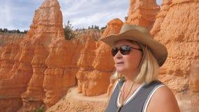Пеший турист женщины на месте наблюдения наслаждаясь изумительным каньоном Bryce взглядов стоковые изображения rf
