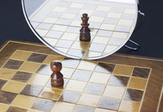 Пешка видя в зеркале как король стоковые изображения