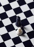 Пешка и король, шахматная доска стоковые изображения