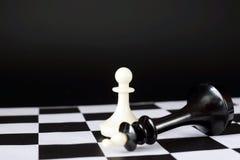 Пешка и нанесенный поражение король шахмат Победитель и проигравший стоковое изображение rf