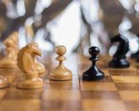 Пешки оставаясь друг против друга на шахматной доске Стоковое Фото