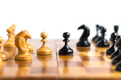 Пешки оставаясь друг против друга на шахматной доске Стоковое Изображение RF