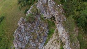 Пещера в антенне утеса вверх акции видеоматериалы