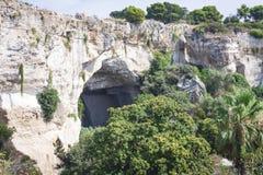 Пещера в археологическом парке в Сиракузе, Сицилии, Италии, стоковая фотография