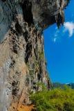 Пещера горы известняка в заливе Krabi Ao Nang, Таиланде стоковые фото
