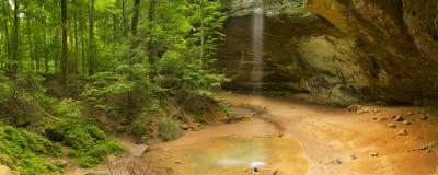Пещера золы в холмах парке штата Hocking, Огайо, США Стоковое Фото