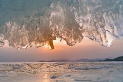 Пещера льда Байкала с предпосылкой Байкалом Сибирем захода солнца Стоковая Фотография RF