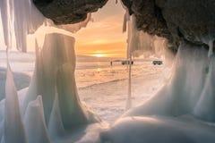 Пещера льда с предпосылкой захода солнца, сезоном зимы Байкала Сибиря России Стоковое Изображение RF