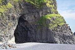 Пещера столбца базальта на пляже Reynisfjara, Исландии Стоковое Фото