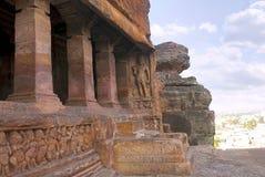 Пещера 2: Фасад, взгляд правильной позиции Пещеры Badami, Karnataka, Индия Показывающ резное изображение карликовых ganas, с глуп Стоковое Фото
