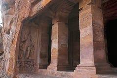 Пещера 2: Фасад, взгляд правильной позиции Пещеры Badami, Karnataka, Индия Показывающ резное изображение карликовых ganas, с глуп Стоковое Изображение