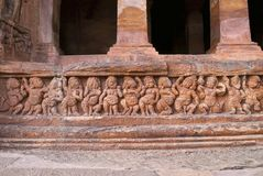 Пещера 2: Фасад, пещеры Badami, Karnataka, Индия Показывающ резное изображение карликовых ganas, с глупыми и equine головами, в р Стоковое Изображение