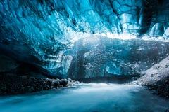 Пещера льда в сини тоннеля Исландии глубокой Стоковая Фотография