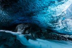 Пещера льда в тоннеле Исландии глубоком Стоковое Изображение