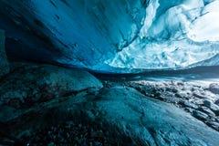 Пещера льда в тоннеле Исландии глубоком Стоковое фото RF
