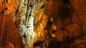 ПЕЩЕРА MENCILIS, SAFRANBOLU, ТУРЦИЯ - АПРЕЛЬ 2015: туристский сталактит перемещения группы сток-видео