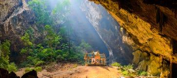 Пещера Phraya Nakhon Национальный парк Roi Yot Khao Сэм в Таиланде стоковая фотография rf