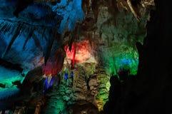 Пещера Prometheus фото с красиво загоренными сталактитами и сталагмитами Стоковое фото RF