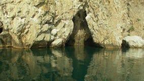 Пещера Pushkin в утесе морем акции видеоматериалы