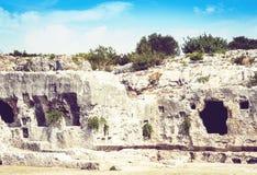 Пещеры известняка около греческого театра Сиракузы Siracusa, руин памятника старины, Сицилии, Италии стоковая фотография rf