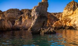 Пещеры и Seashore Лагоса со своими Esmerald и открытым морем Стоковые Фотографии RF