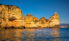 Пещеры и Seashore Лагоса со своими Esmerald и открытым морем Стоковая Фотография