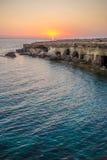 Пещеры моря на заходе солнца смещение удя среднеземноморскую сетчатую туну моря рай природы элемента конструкции состава Стоковая Фотография RF