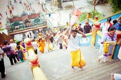 ПЕЩЕРЫ BATU, МАЛАЙЗИЯ - 18-ОЕ ЯНВАРЯ 2014: Thaipusam на Batu выдалбливает tem Стоковая Фотография RF