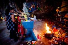 ПЕЩЕРЫ BATU, МАЛАЙЗИЯ - 18-ОЕ ЯНВАРЯ 2014: Thaipusam на Batu выдалбливает tem Стоковые Изображения RF