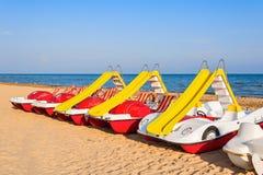 Педал-шлюпки с водными горками на пляже Стоковые Фотографии RF