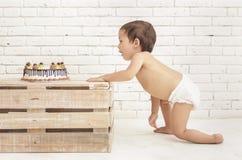 Пеленки малыша нося вползая в его торт Стоковое Изображение